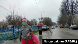 Женщина в защитной маске в одном из сел в Алматинской области. 3 апреля 2020 года.