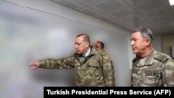 Recep Tayyip Erdogan (solda) və Türkiyə Silahlı qüvvələrinin baş qərargah rəisi Hulusi Akar