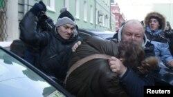 Невідомі б'ють активіста гомосексуального руху під Державною думою Росії в Москві, 22 січня 2013 року