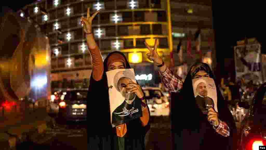 İranda prezidentliyə namizəd Hassan Rouhani-nin tərəfdarları