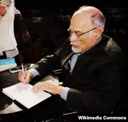Irvin Yalom oxucuları üçün kitabını imzalayır.