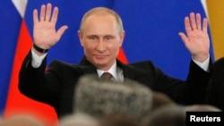 Владимир Путин приветствует Федеральное собрание после своего выступления