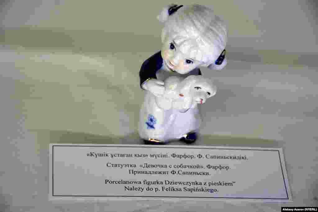 В витринах — предметы, которые депортированные поляки привезли в Казахстан и до сих пор хранят как семейные реликвии.