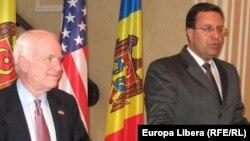 Senatorul John McCain cu speakerul Marian Lupu