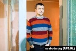 Алег Воўчак падчас ператрусу ў яго дома.