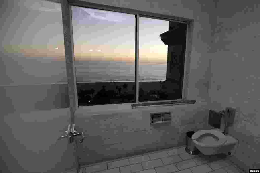 Прыбіральня з выглядам на Ціхі акіян у гатэлі Санта Моніка ў Кафорніі, ЗША.