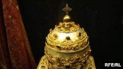 Тіара – головний убір для статуї апостола Петра, виготовлений із позолоченого металу зі сріблом, оздоблений коштовним камінням і перлами, XVIII століття