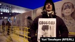 """Участник несанкционированной акции """"Стратегия-31"""" на Триумфальной площади в Москве 31 января 2012 года"""