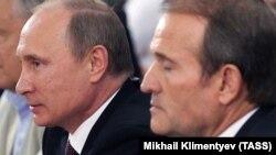 Ресей президенті Владимир Путин (сол жақта) және украиналық саясаткер Виктор Медведчук. Киев, 27 шілде 2013 жыл.