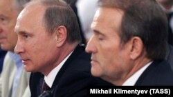 Ukrainian politician Viktor Medvedchuk (right) and Russian President Vladimir Putin in Kyiv on July 27