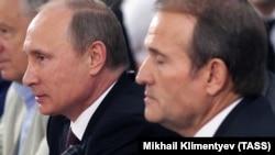 "Виктор Медведчук (уңда) һәм Русия президенты Путин ""Православ һәм славян мәдәнияте - Украинадагы цивилизация нигезе"" дип исемләнгән конференциядә, 2013 елның 27 июле, Киев"