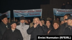 Парламент төрагалыгынан кеткен Акматбек Келдибеков митингге чыккан тарапкерлери менен жолугушууда. Ош шаары, 13-декабрь, 2011.