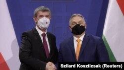 Венгр өкмөт башчысы Виктор Орбан чех кесиптеши Андрей Бабиш менен кол кысышууда. Будапешт. 2021-жылдын 5-февралы.