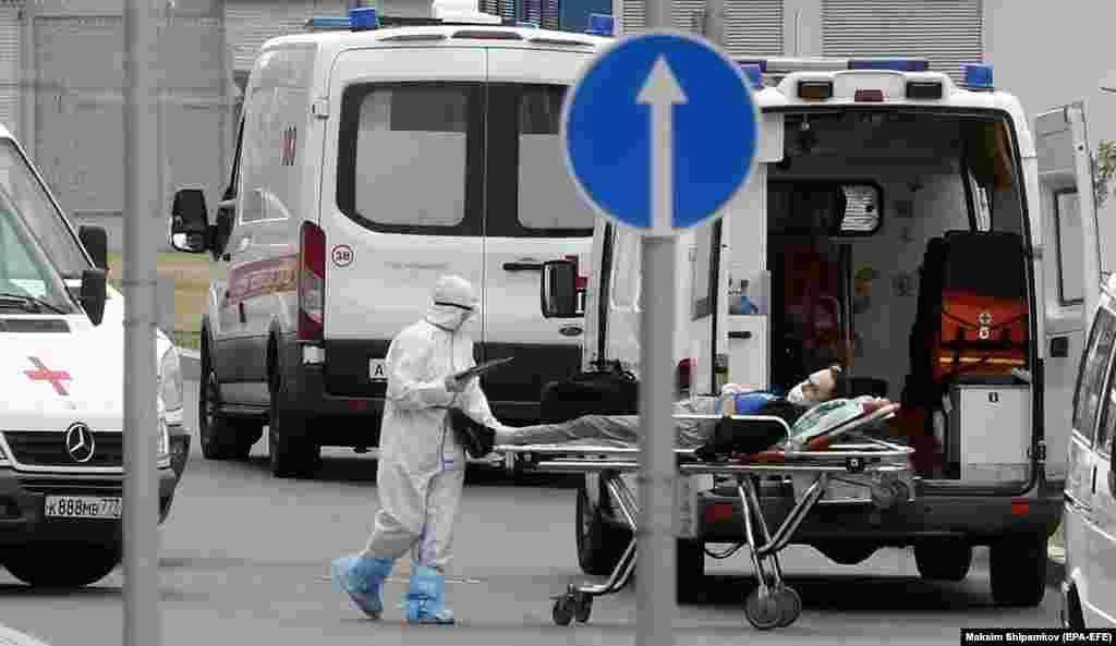 РУСИЈА - Русија пријави 857 нови смртни случаи од ковид 19 во еден ден, што претставува дневен рекорд од почетокот на пандемијата. Овие податоци следуваат по зголемувањето на инфекциите поврзани со делта сојот и слабата кампања за вакцинација.