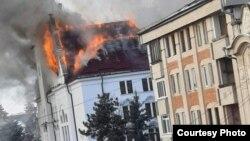 Incendiul a cuprins podul clădirii, care este din lemn.