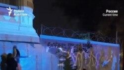 Художники Питера за ночь создали мурал в поддержку митингующих Беларуси