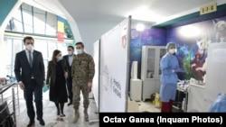 Campania de vaccinare este coordonată de colonelul Valeriu Gheorghiță și secretarul de stat, Andrei Baciu. Imagine de la un centru de vaccinare din București.