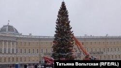 На Дворцовой площади устанавливают елку