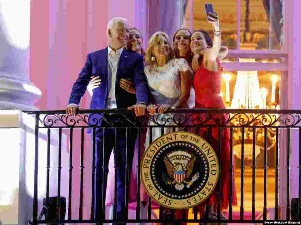 Joe Biden feleségével, Jill Biden-nel, lányukkal, Ashely-vel és két unokájukkal látható egy washingtoni, függetlenség napi ünnepségen. Amerika 1776-banezen a napon nyilvánította ki függetlenségét Nagy-Britanniától.
