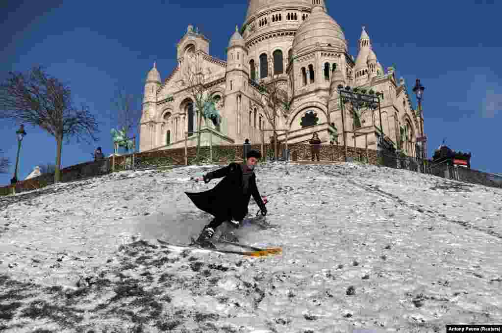 Франція. Лижник Натан катається на лижах, спускаючись із пагорба Монмартр біля базиліки Сакре-Кер у Парижі, 10 лютого 2021 року