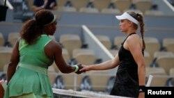 Казахстанcкая теннисистка Елена Рыбакина (справа) и американка Серена Уильямс после игры. Париж, 6 июня 2021 года.