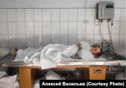 Vasily, seorang aktor, vape di antara pengambilan saat memainkan mayat di kamar mayat.