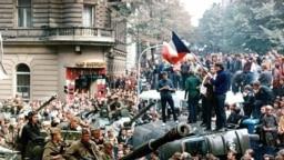 Советские танки на улицах Праги. 21 августа 1968 год