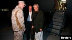 خوشامدگویی سفیر آمریکا و فرمانده نیروهای بینالمللی در افغانستان به چاک هیگل