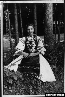 Sorana Ursu tînără, în costum popular