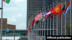 Флаги у здания штаб-квартиры ООН в Нью-Йорке.