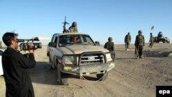 خبرنگار افغان هنگام تهیه گرازش در یکی از ولایتهای نا امن افغانستان