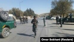 Сотрудники полиции Афганистана у территории телеканала Shamshad TV, в здание которого проникли вооруженные. Кабул, 7 ноября 2017 года.