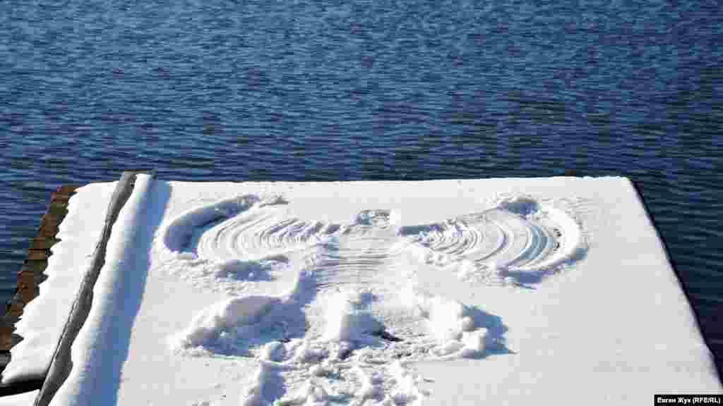 На одном из мостиков кто-то изобразил на снегу фигурку ангела с крыльями
