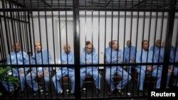 Бывшие чиновники режима Каддафи сидят за решеткой во время слушания вердикта в зале суда в Триполи. Ливия, 28 июля 2015 года.