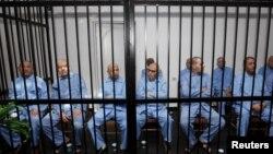 Муаммар Каддафи билігі кезіндегі шенеуніктер сот залында отыр. Триполи, 28 шілде 2015 жыл (Көрнекі сурет).