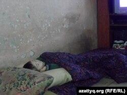 Сын Улжалгас Кабыловой спит на полу. Шымкент, март 2015 года.