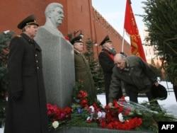 Comuniștii la mormîntul lui Josef Stalin în 2009