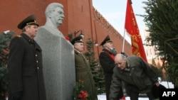Росія - Члени Російської комуністичної партії покладають квіти на могилі Йосипа Сталіна на Червоній площі, Москва, 5 березня 2009 р.