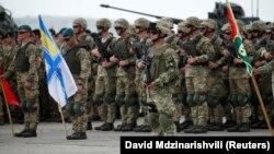 Украинские и грузинские военнослужащие во время церемонии открытия военных учений «Достойный патрнер 2018» под руководством НАТО