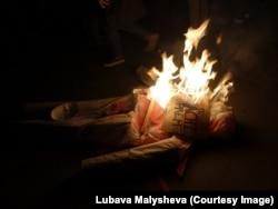 Сожжение чучела мачиста во время феминистского райота. Барселона, 7 марта 2017 года