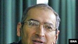 آقای زیباکلام می گوید: جهان بينی، تفکرات و خصوصيات آقای احمدی نژاد تا حدود زيادی با آيت الله خامنه ای منطبق است. (عکس: ایسنا)