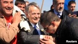 Крымские татары встречают на границе Крыма своего национального лидера Мустафу Джемилева. 3 мая 2014 года.