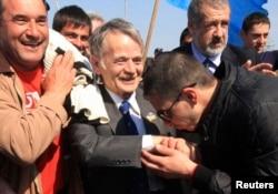 Крымские татары встречают Мустафу Джемилева на границе 3 мая 2014 года
