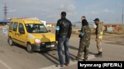 Активисты блокады Крыма не пропускают машины из материковой Украины на аннексированный Россией полуостров. Пункт Чонгар, 26 октября 2015 года.