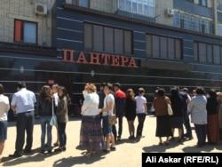 """Люди стоят у здания магазина """"Пантера"""". Актобе, 9 июня 2016 года."""