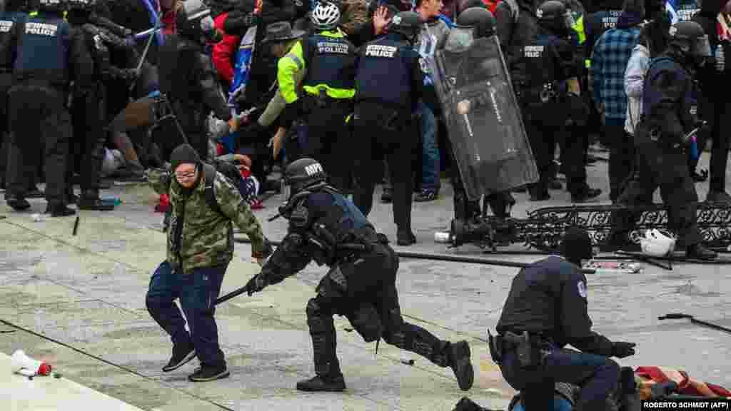 Столкновение толпы с полицией и силами безопасности во время штурма Капитолия.