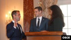 Амбасадар Бэр прымае прысягу, заступаючы на новую пасаду