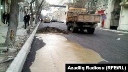 Kanalizasiya fontan vuraraq asfaltın üzü ilə axmağa başlayıb