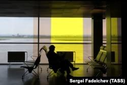 Человек в пассажирском терминале аэропорта российского города Екатеринбурга.