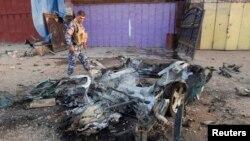 Irakj - Një oficer policie inspekton vendin e shpërthimit të një bombe në Kirkuk, 12Korrik2013